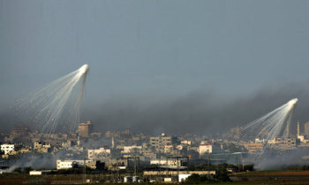 Israel drops bombs on Gaza Strip, said to be phosphorous (non-legal), January 2008